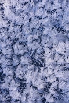 Natürliche eiskristallbeschaffenheit für hintergrund. eiskristall-textur.