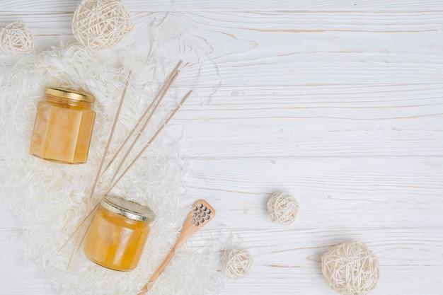 Natürliche elemente für spa mit honig