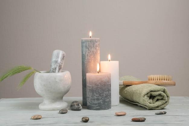 Natürliche elemente für spa mit kerzen