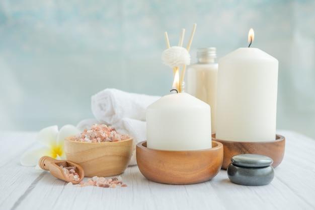 Natürliche entspannende spa-komposition auf massagetisch im wellnesscenter