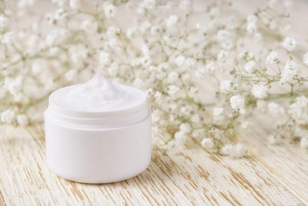 Natürliche feuchtigkeitscreme oder körperlotion, anti-aging-hautpflegekonzept. hautreinigende kosmetische creme oder vitamin-spa-lotion, eine natürliche organische kräuter-anti-falten-feuchtigkeitscreme.