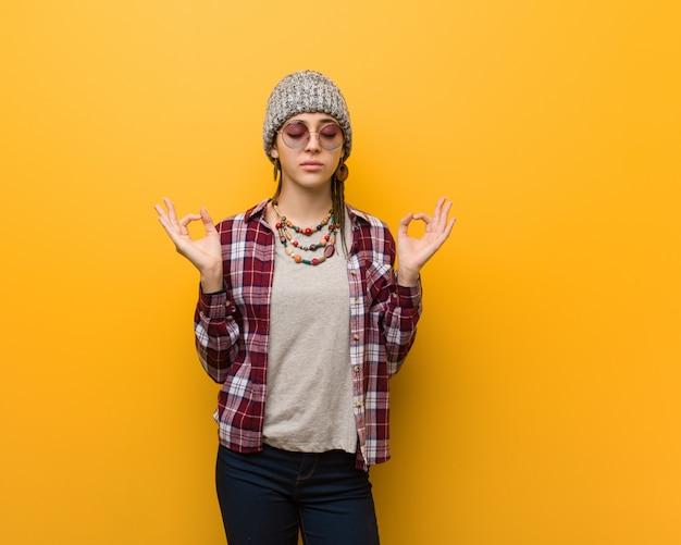 Natürliche frau der jungen hippie, die yoga durchführt