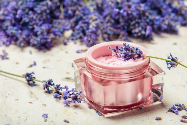 Natürliche gesichtscreme mit lavendel