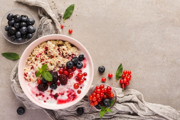 Natürliche gesunde desserts mit platz für joghurt und obst