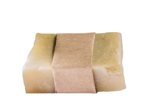 Natürliche handgemachte kräuterseifen mit leerer verpackung, isoliert auf weiss.