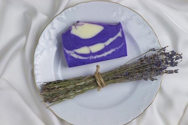 Natürliche handgemachte seife aus lavendel auf weißem grund.
