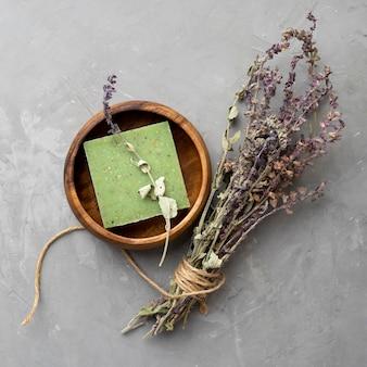 Natürliche handgemachte seife aus lavendelblättern