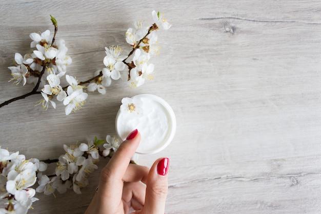Natürliche hautpflegecreme, cherry flower