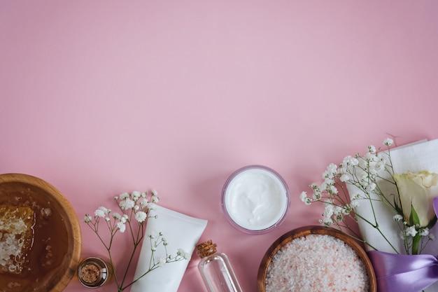 Natürliche hautpflegeprodukte des badekurortes auf rosa