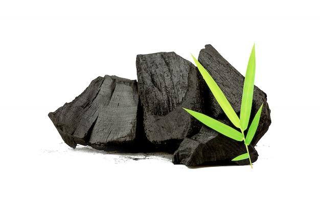 Natürliche holzkohle, bambuskohlepulver hat medizinische eigenschaften mit traditioneller holzkohle isoliert