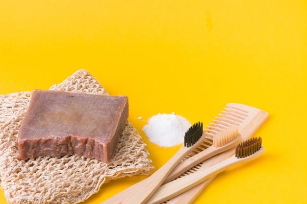 Natürliche hygieneprodukte auf gelbem hintergrund