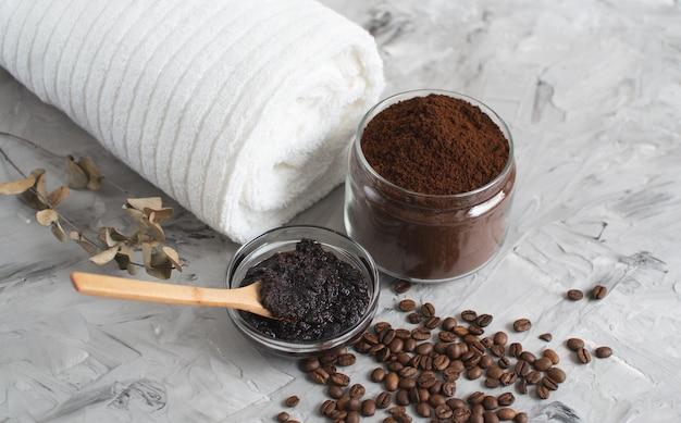 Natürliche inhaltsstoffe für hausgemachtes körperkaffee-peeling beauty spa concept body care