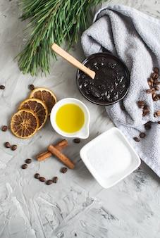 Natürliche inhaltsstoffe für hausgemachtes körperkaffeesalz-peelingöl beauty spa concept body skin care