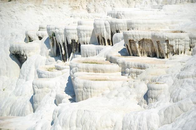 Natürliche karbonatformationen auf einem berg in pamukkale, türkei