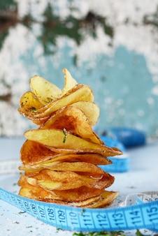 Natürliche kartoffelchips mit meersalz auf weißer diät.