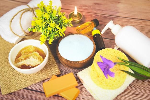 Natürliche körperpflege kräuterdermatologie kosmetische hygiene-creme für die schönheitspflege körperpflege peeling-objekte - natürliche badezusätze honigseife kräuter ätherisches öl spa aromatherapie licht