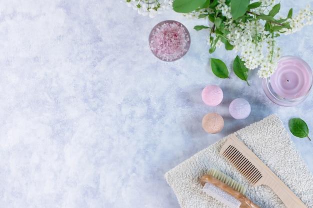 Natürliche körperpflegeprodukte und accessoires mit blumen und blättern