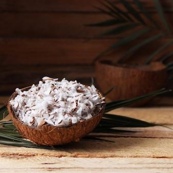 Natürliche kokosflocken auf der tischnahaufnahme