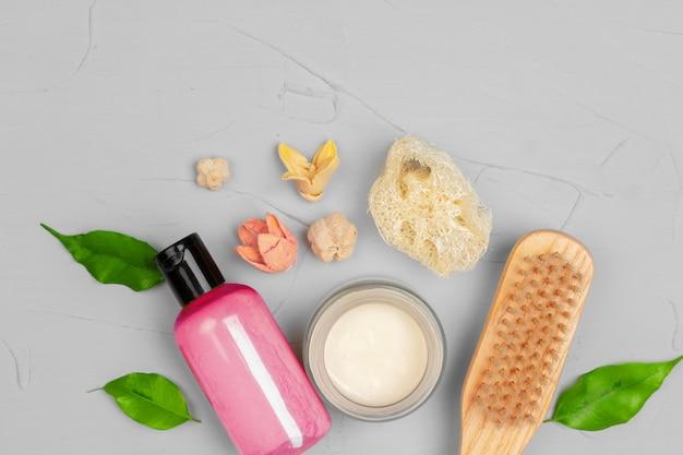 Natürliche kosmetische hautpflege leere flasche verpackung mit blättern kraut