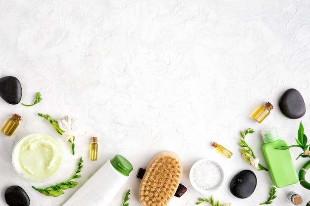 Natürliche kosmetische produkte der hautpflege und des badekurortes auf weißer marmortabelle, flache lage
