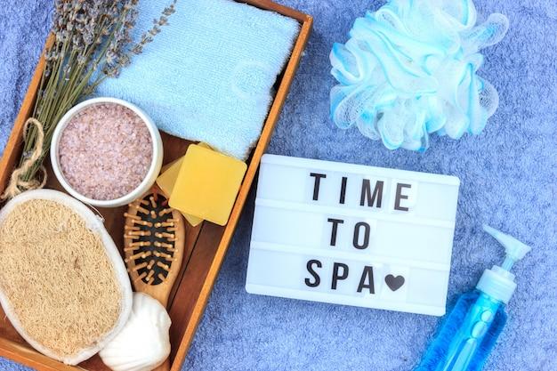 Natürliche kräuterbadekosmetik mit lavendelextrakt - seife, salz, handtuch, massagebürste, waschlappen
