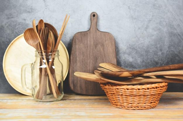 Natürliche küche bearbeitet hölzernen produkt- / küchengeräthintergrund mit löffel
