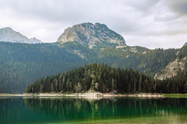 Natürliche landschaft. gebirgssee, nationalpark montenegros, durmitor