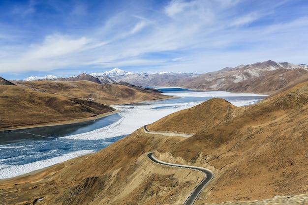 Natürliche landschaft zwischen bergen