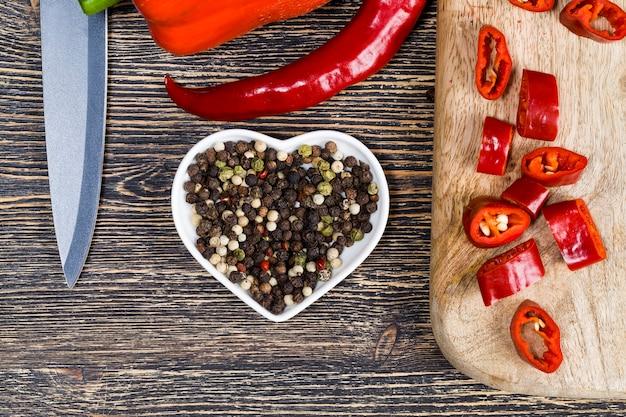 Natürliche lebensmittel, die auf einem bio-bauernhof angebaut werden, befinden sich auf dem alten küchentisch. gemüse ist nicht frisch. es kann beschädigt oder nicht schmutzig gewaschen werden