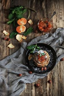Natürliche mandarinenmarmelade auf holztisch