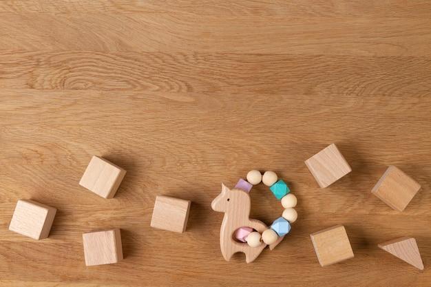 Natürliche öko-null-abfall-holzspielzeug des babykindes auf holzhintergrund