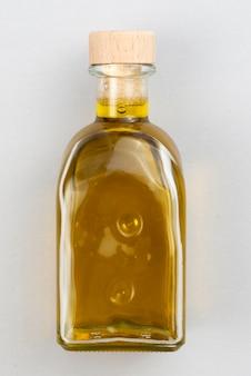 Natürliche olivenölflasche auf tabelle