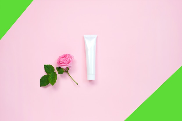 Natürliche organische kosmetische verpackung verspotten oben mit blume