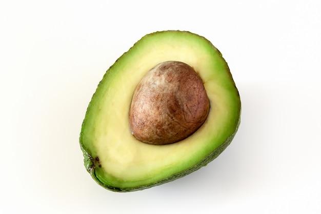 Natürliche organische reife avocado. halbe avocado auf weißem hintergrund.