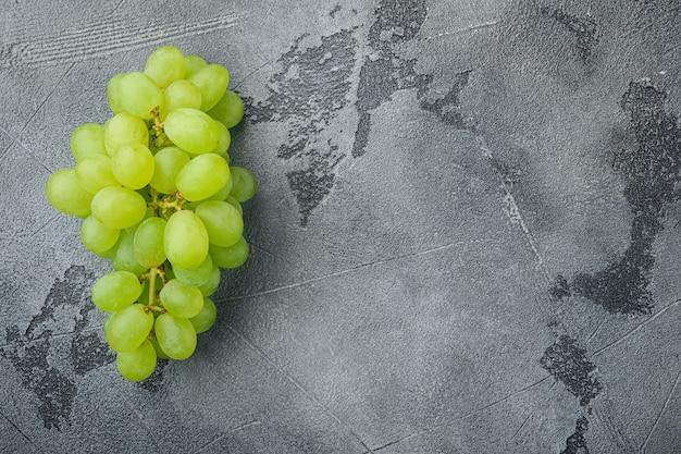 Natürliche organische saftige trauben gesetzt, grüne früchte, auf grauem steintisch, draufsicht flach legen