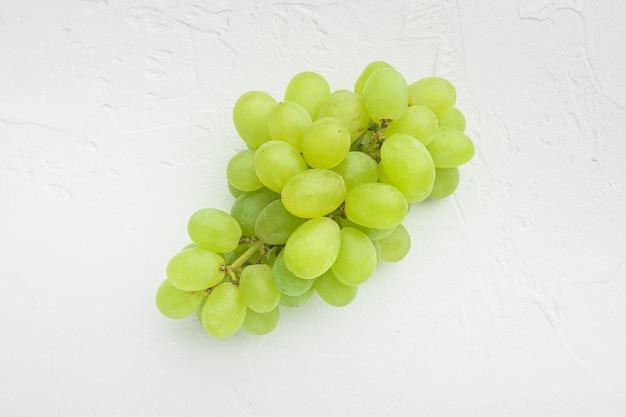 Natürliche organische saftige trauben gesetzt, grüne früchte, auf weißem steintisch, draufsicht flach legen