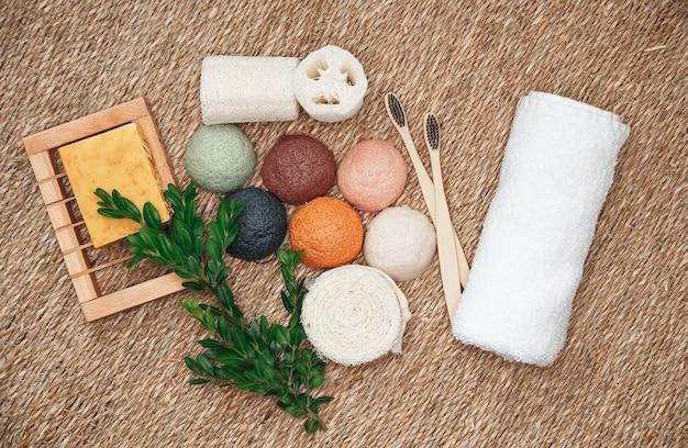 Natürliche organische und biologisch abbaubare produkte für die gesichts- und körperpflege. bambuszahnbürsten, konjakschwamm, natürliche bio-produkte.