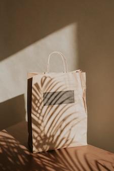 Natürliche papiertüte mit palmblattschatten