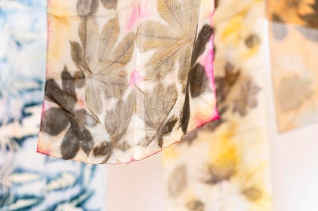 Natürliche pigmentierte tücher auf wäschedraht