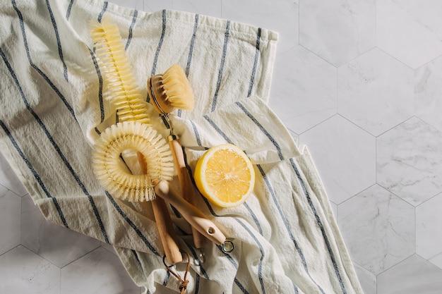 Natürliche reinigungsprodukte zitrone mit bambus-spülbürsten. umweltfreundlich. zero-waste-konzept. plastikfrei.