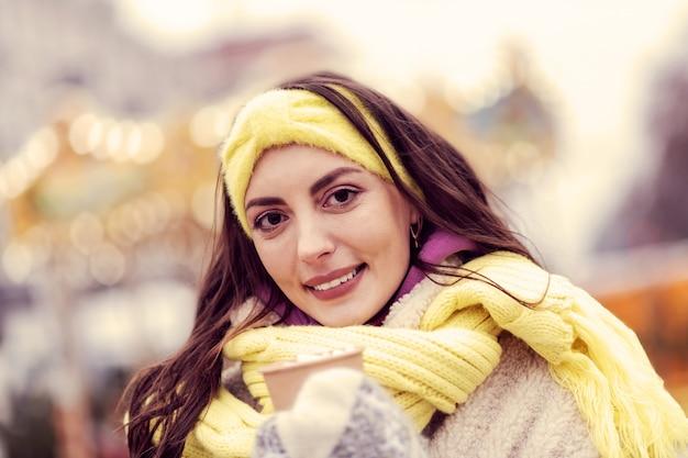 Natürliche schönheit. fröhliche frau, die ein lächeln auf ihrem gesicht behält, während sie ihre wahren gefühle ausdrückt