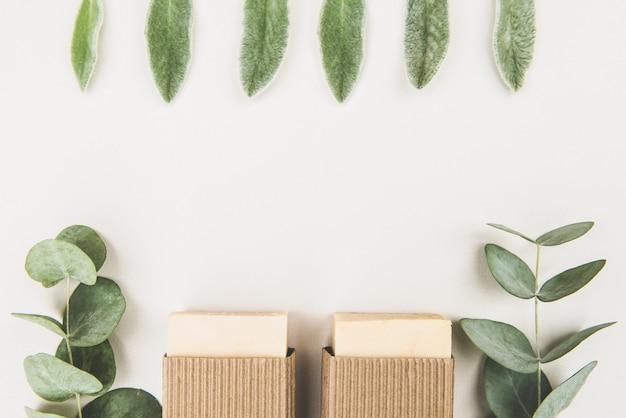 Natürliche seifenstücke mit ätherischen ölen und heilpflanzenextrakten, handgemachte naturseife