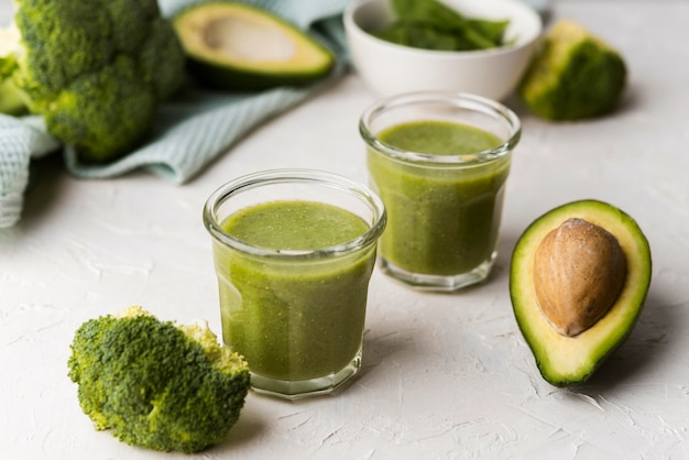 Natürliche smoothies mit avocado