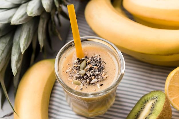 Natürliche smoothies mit bananen