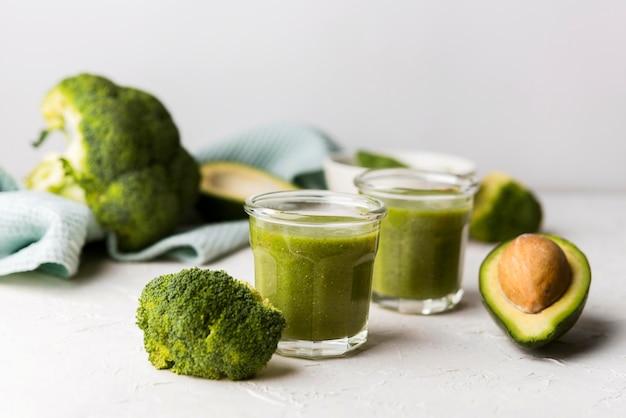Natürliche smoothies mit brokkoli
