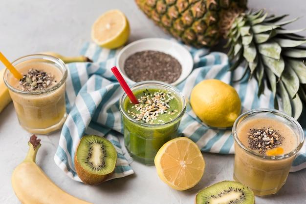 Natürliche smoothies mit kiwi