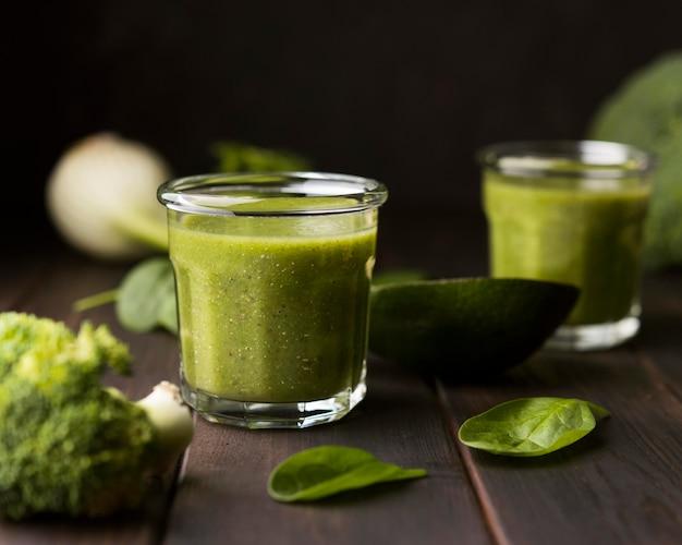 Natürliche smoothies mit spinat