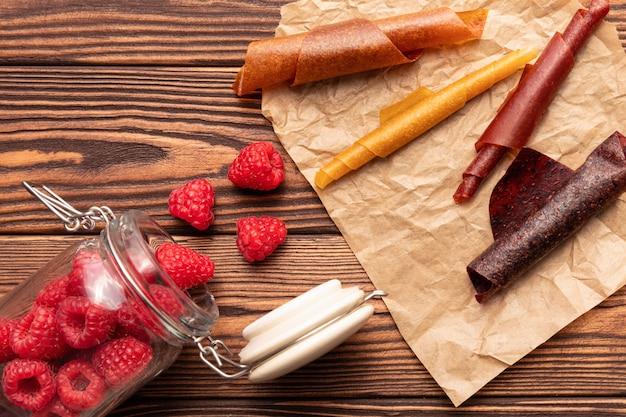 Natürliche süßigkeiten aus getrockneten beeren und früchten.