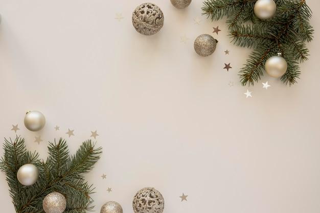 Natürliche tannennadeln und weihnachtskugeln