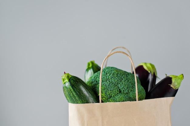 Natürliche taschen nullabfalllebensmitteleinkaufs-eco mit gemüse, umweltfreundliches nachhaltiges lebensstilkonzept